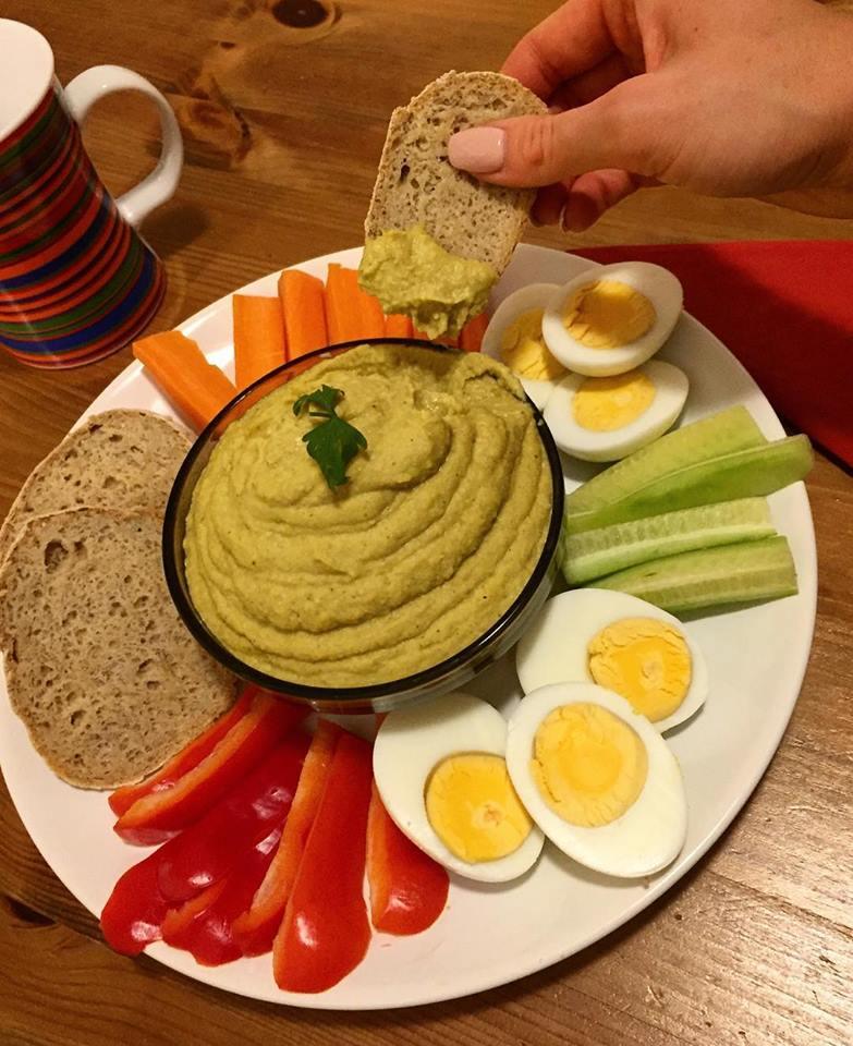 Szafi Free hajdinás kenyér zöldségekkel és humusszal