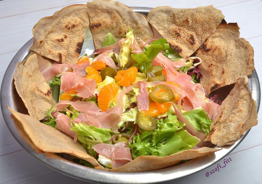 Szafi Free tortilla negyedelve salátával